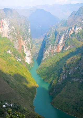 Stunning view of the Nho Que river surrounded by mountains from the Ma Pi Leng pass, Northern Vietnam Stock fotó