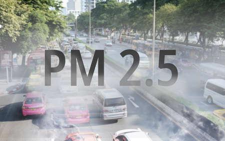 Smog Road da polvere PM 2.5. Paesaggio urbano con cattivo inquinamento atmosferico. Concetto di PM 2.5