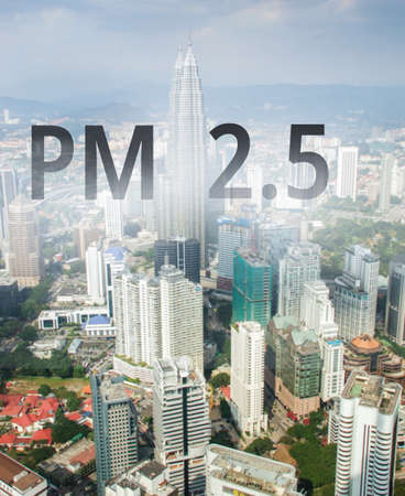 Smog city from PM 2.5 dust. Cityscape with bad air pollution, PM 2.5 concept photo, in Kuala Lumpur, Malaysia. Banco de Imagens