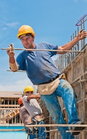 hard worker: Lavoratori edili autentici installazione di telai casseforme prima colata cemento Archivio Fotografico