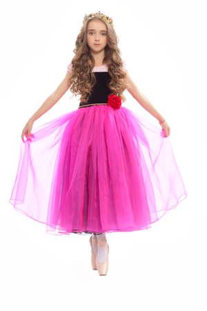 turnanzug: Sch�ne junge Frau, die klassische Ballettt�nzer auf pointe Schuhen wearingblack Trikot rosa Str�mpfe und lila Kleid isoliert auf wei�em Hintergrund Studio in der Krone