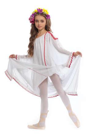 turnanzug: junges M�dchen in Ballettschuhen und langen wei�en Kleid mit langen Haaren Farbe Kastanienbaum in der Tanzhaltung