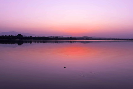 GLORIOUS LAKE VIEW BEFORE SUNRISE AND REFLECTION ON WATER OF REDNESS OF SUN 版權商用圖片