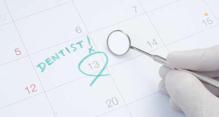 Una nota de una cita con el dentista en un calendario, dental chequeo Foto de archivo - 35396066