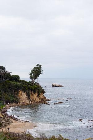 Ocean view of cliff side from Corona Del Mar, California, Coastline from Little Corona, Newport Beach, USA 版權商用圖片