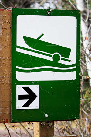 Direction to boat launch sign 版權商用圖片 - 76580014