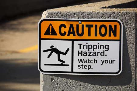 Attention, signe de danger de déclenchement sur un mur.