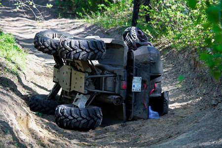 Een quad op zijn kant nadat deze per ongeluk is omgedraaid.