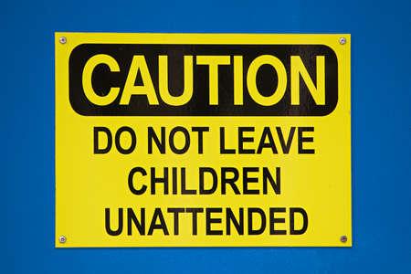 ないまま子供は、青色の背景にサインオンを注意します。