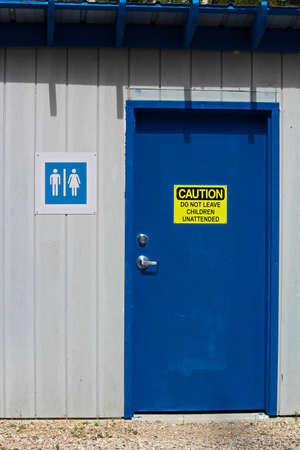 複数の男女浴室の子供を残していない無人の警告。 写真素材