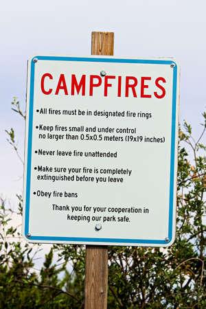 キャンプファイヤー ルールとアラーム サイン。