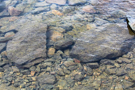 Uitzicht op rotsen door kristalhelder water. Stockfoto