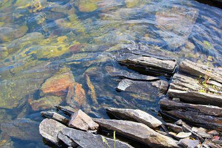 Splitsen rotsen langs een waterkant van het Canadese Schild.