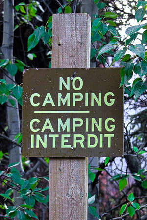 No camping sign in both english and french.