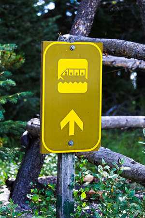 A tour boat direction sign with an arrow.