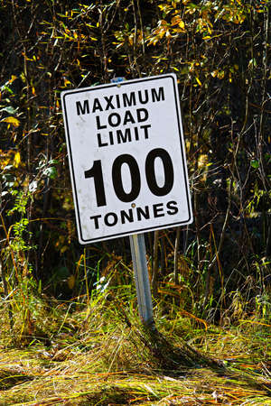 A while Maximum Load Limit 100 Tonnes sign Stock Photo