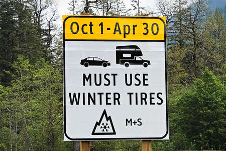 A must use winter tires with dates sign Banco de Imagens