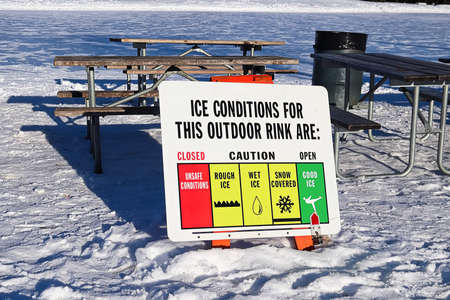 Sign indicating the outdoor rink ice conditions Banco de Imagens