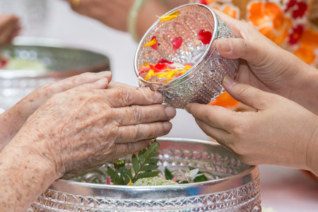 songkran: Pour water on the hands of revered elders and gives blessing in Songkran day