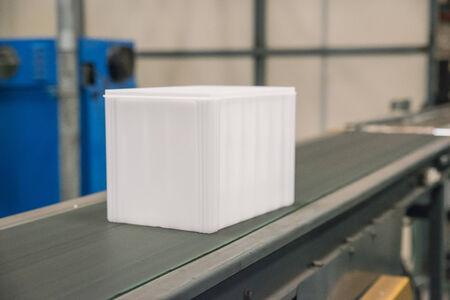 cinta transportadora: Caja de plástico en el cinturón de la fábrica Editorial