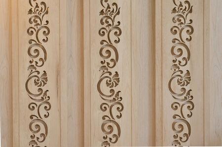 tallado en madera: celosía de madera con diseño de estilo tailandés creando una pared perforada Foto de archivo