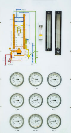destilacion: Muchos de calibre en el control de la destilación diagrama de la refinería de petróleo Foto de archivo