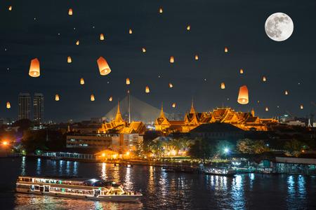 faroles: Palacio magnífico en día de Loy Krathong, Tailandia