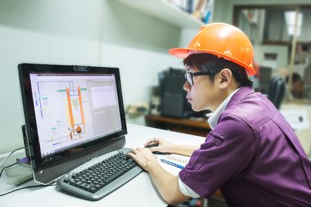 エンジニアの学生を探してシミュレーション コンピューターの油蒸留 写真素材