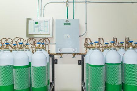 oxigeno: Tanque de oxígeno médico en la sala de control del hospital
