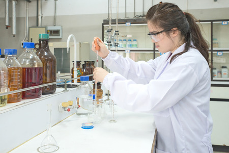 examenes de laboratorio: Científico asiática que trabaja en el laboratorio
