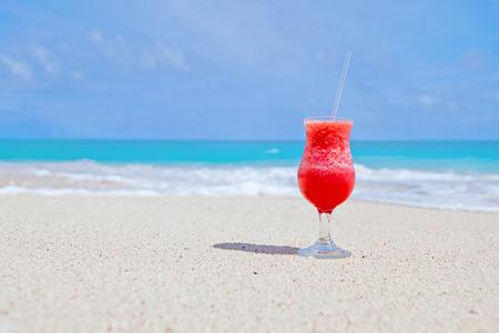 bebidas frias: jugos de frutas frescas en una playa tropical