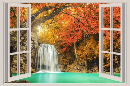 De open raam, met uitzicht op de waterval Stockfoto