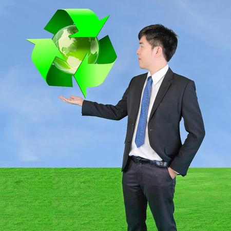 reduce reutiliza recicla: empresario de la celebraci�n concepto de s�mbolo del medio ambiente de verde a reducir - reutilizar - reciclar
