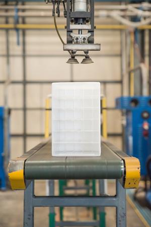 asamblea: Robot industrial que trabaja en la fábrica de plástico