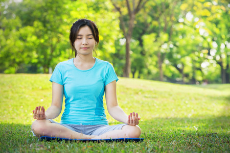 Young Woman doing Yoga Exercises Outdoor Imagens