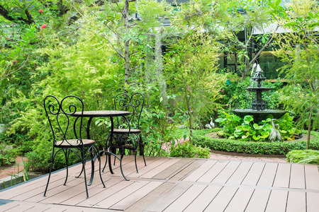 Zwarte stoel in de tuin voor ralex Stockfoto