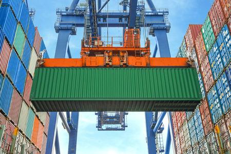 ショア クレーン貨物船にコンテナーを積む 写真素材