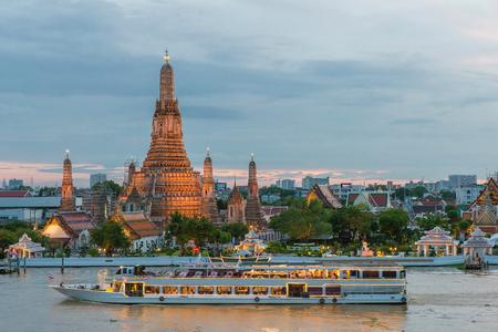 Wat Arun en cruise schip in de nacht, de stad van Bangkok, Thailand