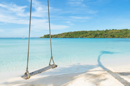 columpio: Verano, Viajes, vacaciones y vacaciones concepto - oscilaci�n cuelgan del �rbol de palma de coco sobre el mar playa en Phuket, Tailandia. Foto de archivo
