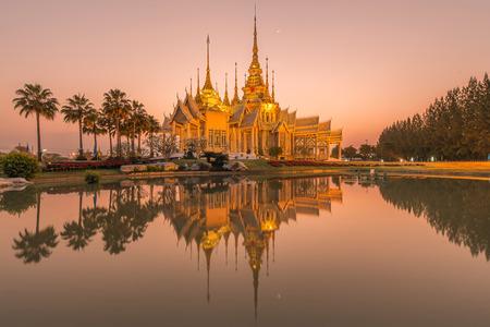 sien: Hermoso templo en el tiempo crepuscular en Tailandia