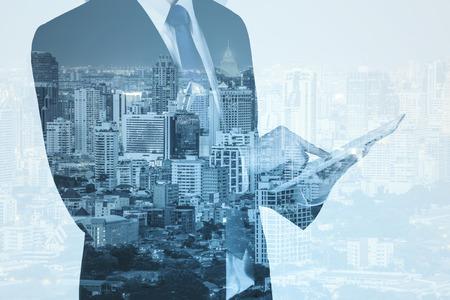 liderazgo empresarial: Doble exposici�n de la ciudad y hombre de negocios que usa la tableta digital,