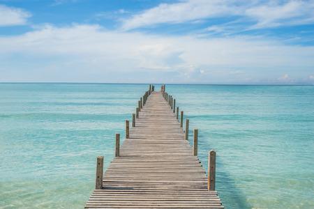 verano: Verano, Viajes, Vacaciones y concepto de vacaciones - Muelle de madera en Phuket, Tailandia