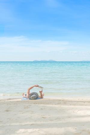 夏天,旅行,假期和假日概念 - 基于海滩和阅读书的人在普吉岛,泰国