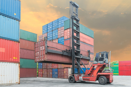 Crane Heber Handling Container-Box laden zum Depot Standard-Bild - 38888556
