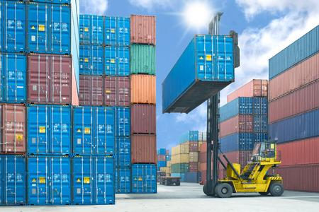 heftruck hanteren container doos laden om truck in import export logistieke zone Stockfoto