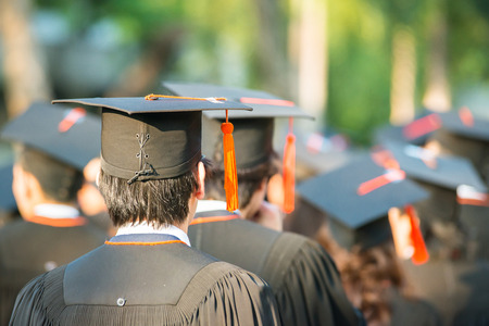 estudiantes universitarios: parte posterior de los graduados durante el inicio Foto de archivo