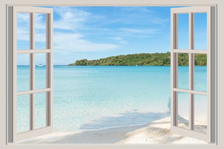 fenetres: Summer Vacation Voyage et le concept de vacances La fen�tre ouverte avec vue sur la mer � Phuket en Tha�lande. Banque d'images