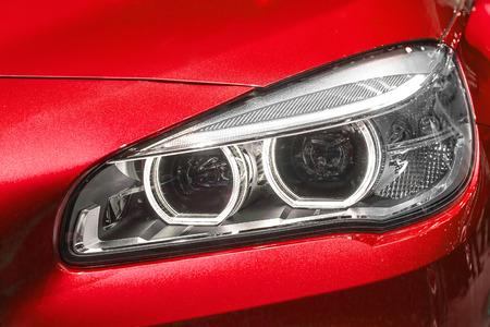 head light: Close up de la moderna luz principal del coche