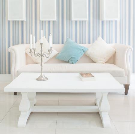 silla de madera: Estilo vintage clásico de muebles en una sala de estar