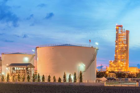 torres petroleras: Panorama de la refinería de petróleo y tanques de almacenamiento en el crepúsculo